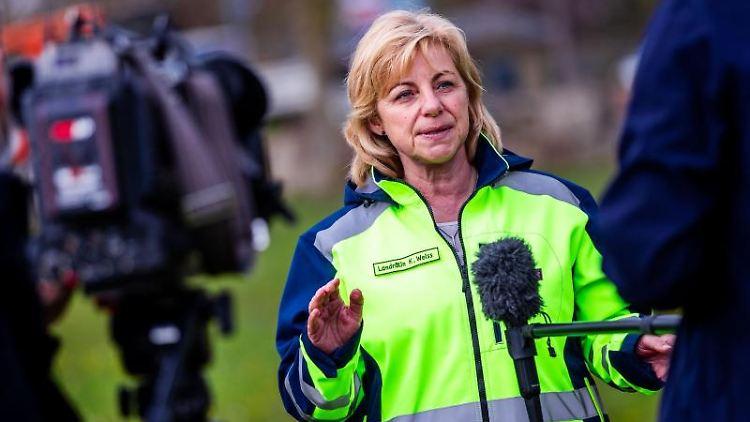 Landrätin Kerstin Weiss (SPD) äußert sich am Rande eines mobilen Impftermins zu den Korruptionsvorwürfen. Foto: Jens Büttner/dpa-Zentralbild/dpa/Archivbild