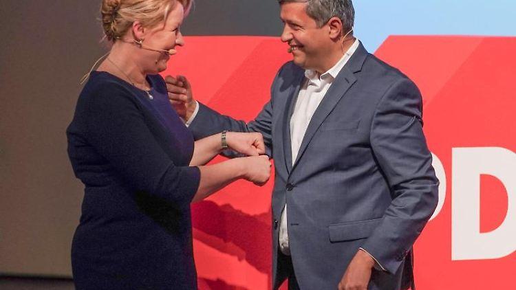 Franziska Giffey (SPD), Bundesfamilienministerin und Co-Vorsitzende der Berliner SPD, wird beim Landesparteitag der SPD Berlin zur Spitzenkandidatin gewählt und Raed Saleh (SPD), ebenfalls Co-Vorsitzender Berliner SPD, gratuliert. Foto: Jörg Carstensen/dpa