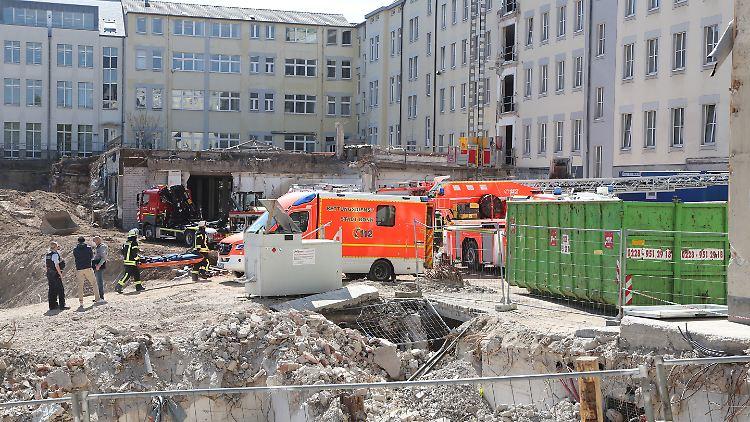 Die Feuerwehr ist nach Angaben eines Sprechers mit einem Großaufgebot vor Ort.