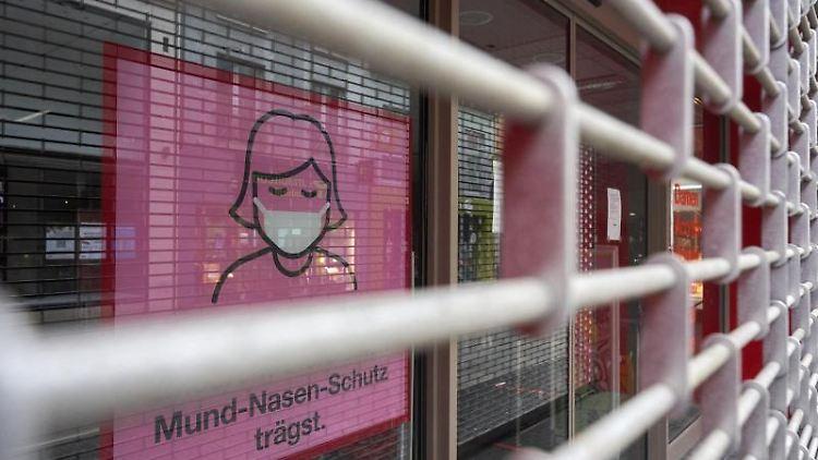 Das Rolltor eines Warenhauses ist geschlossen. Foto: Thomas Frey/dpa/Archivbild