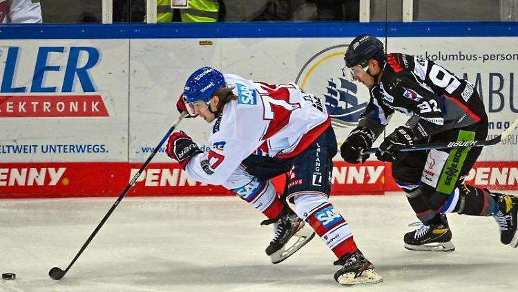 Eishockey-Spieler Florian Elias (l). Foto: Armin Weigel/dpa