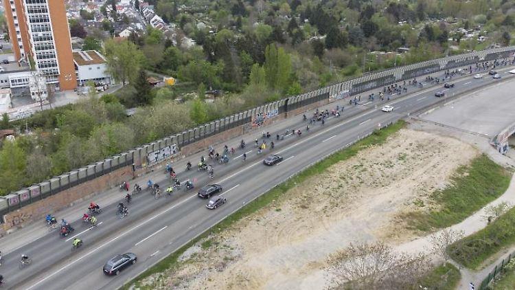 Für Klimawende und Verkehrsreformen protestieren Radfahrer auf der A-661. Foto: Boris Roessler/dpa