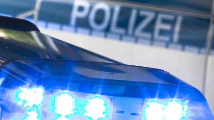 Ein Blaulicht auf dem Dach eines Polizeiwagens. Foto: Friso Gentsch/dpa/Archivbild