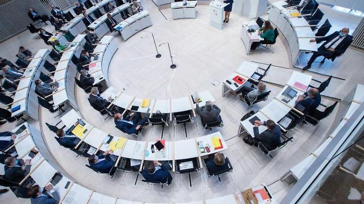 Blick in den Plenarsaal des Landtags in Mecklenburg-Vorpommern. Foto: Jens Büttner/dpa-Zentralbild/dpa