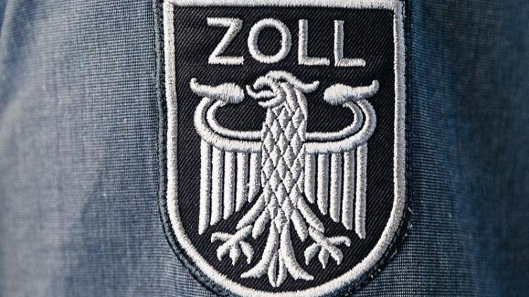 Das Wappen des Zolls ohne die Bundesfarben ist auf der Arbeitsuniform eines Beamten angebracht. Foto: Markus Scholz/dpa/Archivbild