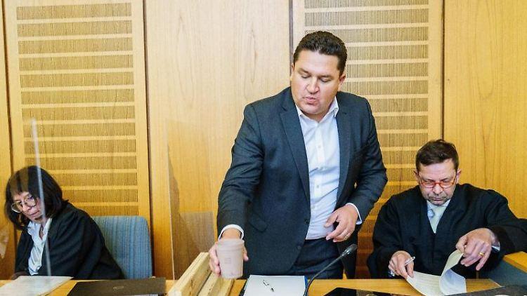 Ute Bottmann (l-r), Anwältin, Marcus Held (SPD) und Bernhard Schäfer, Anwalt, im Gerichtssaal. Foto: Andreas Arnold/dpa