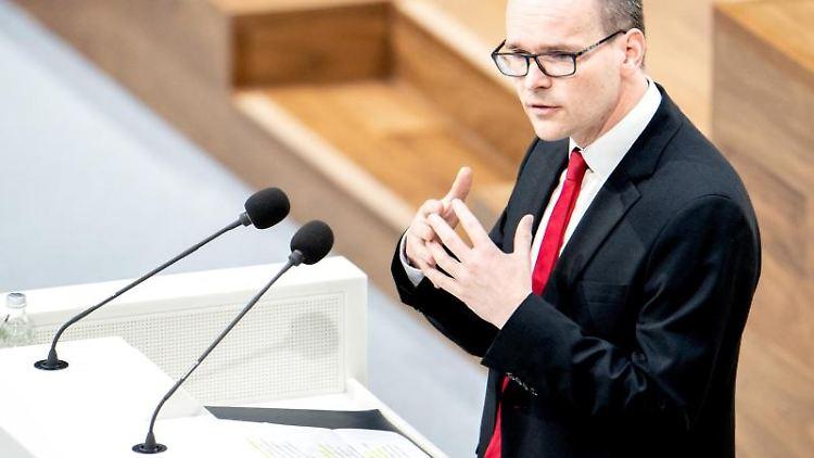 Grant Hendrik Tonne (SPD), Kultusminister in Niedersachsen, spricht im niedersächsischen Landtag. Foto: Hauke-Christian Dittrich/dpa/Archivbild