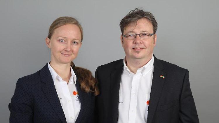 Rainer Kropp-Kurta und Eugenia Remisch schauen in die Kamera. Foto: -/DPhV/Heraeus Bildungsstiftung/dpa