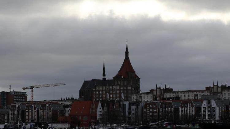 Die Silhouette der Hansestadt an der Warnow. Foto: Bernd Wüstneck/dpa-Zentralbild/ZB/Archiv