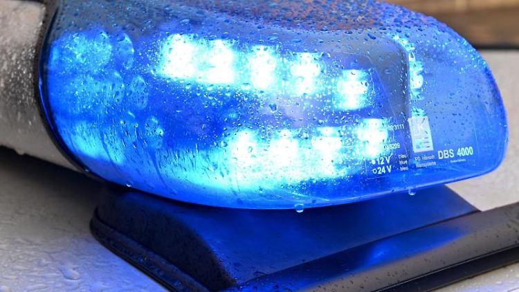 Ein Streifenwagen der Polizei steht mit eingeschaltetem Blaulicht auf einer Straße. Foto: Carsten Rehder/dpa/Archivbild