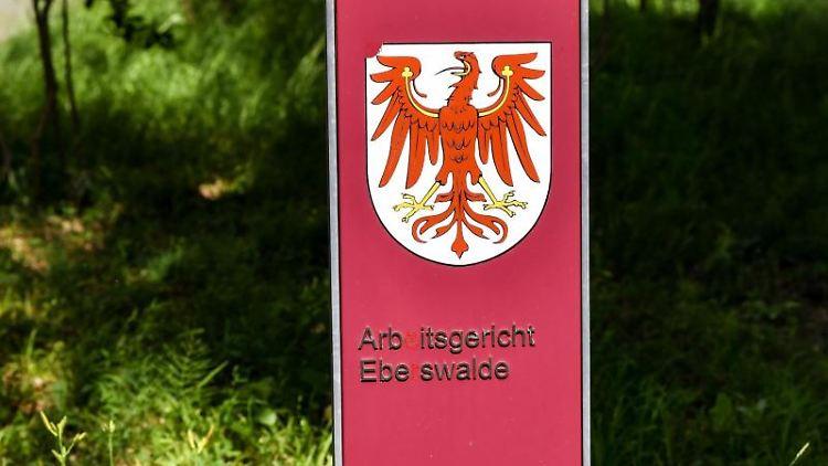 Ein Wegweiser zum Arbeitsgericht Eberswalde auf dem Gelände vom Landesbehördenzentrum. Foto: Jens Kalaene/dpa-Zentralbild/ZB/Archiv