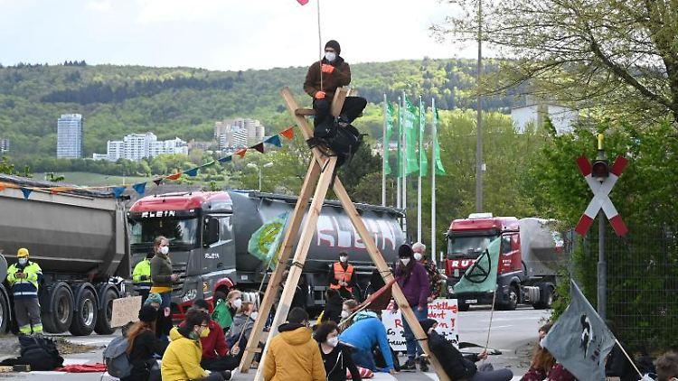 Vor einem HeidelbergCement Zementwerk findet eine Straßenblockade statt. Foto: Uli Deck/dpa