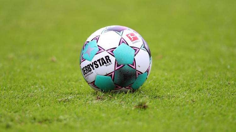 Ein Spielball liegt auf dem Rasen. Foto: Andreas Gora/dpa/Symbolbild