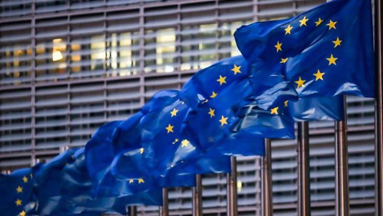 Europaflaggen wehen vor dem Sitz der EU-Kommission. Foto: Zhang Cheng/XinHua/dpa