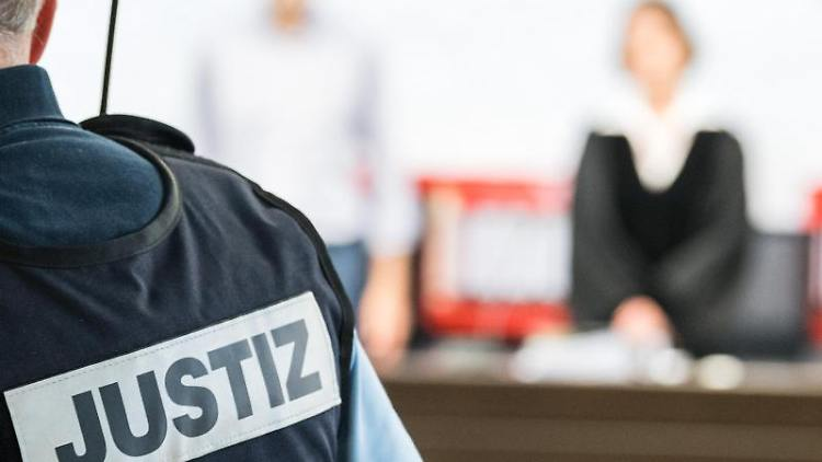 Ein Justizbeamter steht vor den Richtern. Foto: Sebastian Gollnow/dpa/Symbolbild