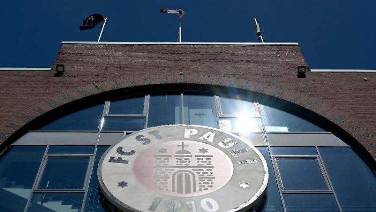 Das Millerntor-Stadion mit dem Logo des FC St. Pauli. Foto: Stuart Franklin/Getty-Pool/dpa/archivbild