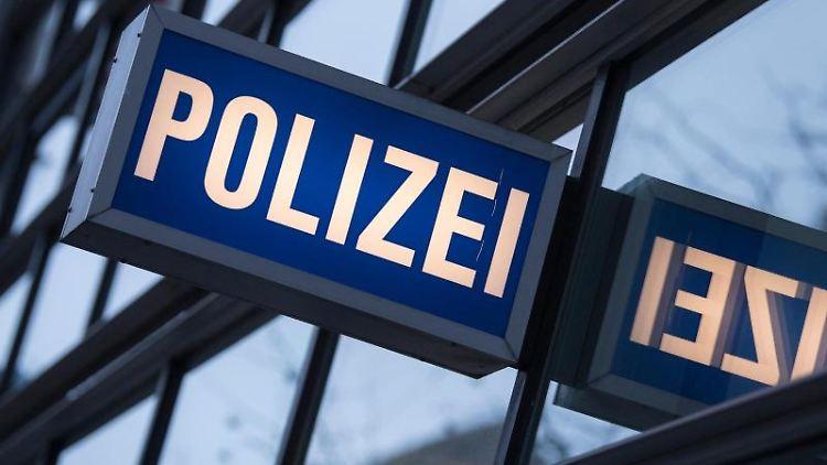 Der Schriftzug der Polizei vor einem Polizeirevier. Foto: Boris Roessler/dpa/Symbolbild