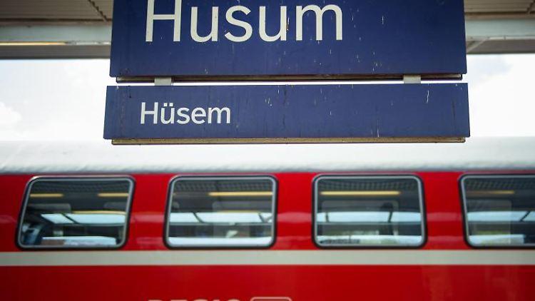 Ein Doppelstockzug der DB Regio steht an einem Gleis auf dem Bahnhof Husum. Foto: Gregor Fischer/dpa