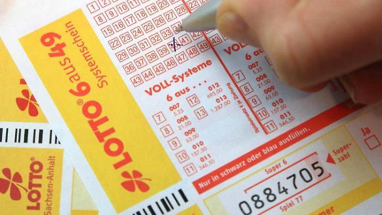 Spielscheine der Lotto Toto. Foto: Jens Wolf/zb/dpa/Archivbild