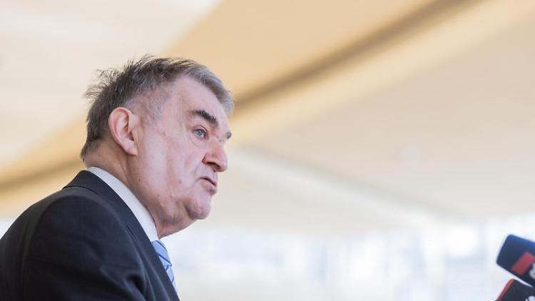 Herbert Reul (CDU), Innenminister von Nordrhein-Westfalen. Foto: Rolf Vennenbernd/dpa/Archiv