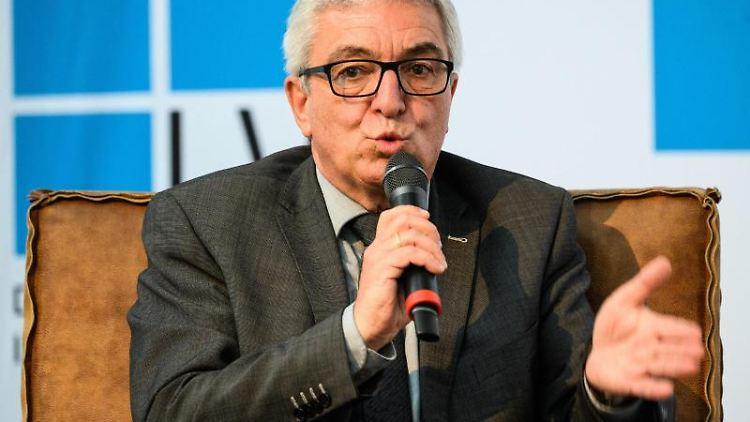 Roger Lewentz (SPD), Innenminister von Rheinland-Pfalz, spricht. Foto: Andreas Arnold/dpa/Archivbild