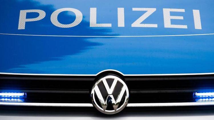 Frontalansicht eines Einsatzfahrzeugs der Polizei. Foto: Lino Mirgeler/dpa/Symbolbild