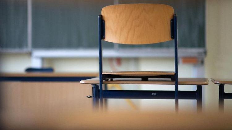 Ein Stuhl steht in einem Klassenzimmer einer Regelschule auf einem Tisch. Foto: Marijan Murat/dpa/Illustration