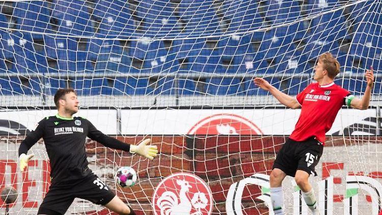 Hannovers Torwart Michael Esser (M) kassiert den 1:2 Gegentreffer. Foto: Julian Stratenschulte/dpa
