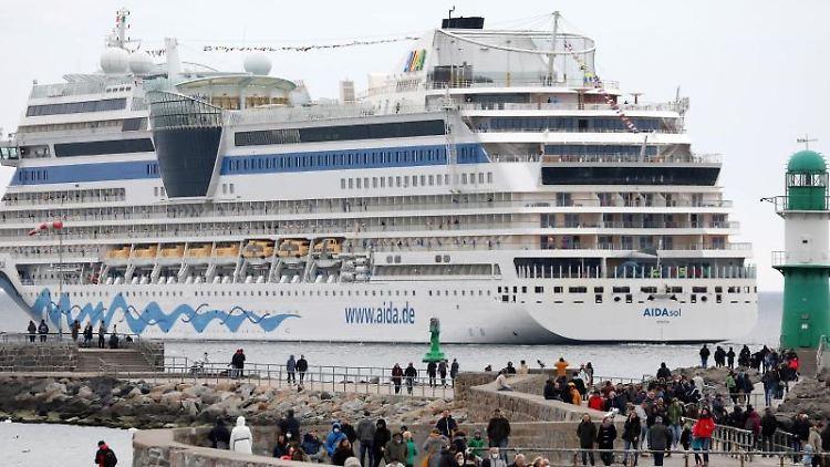 Schaulustige vor dem Kreuzfahrtschiff