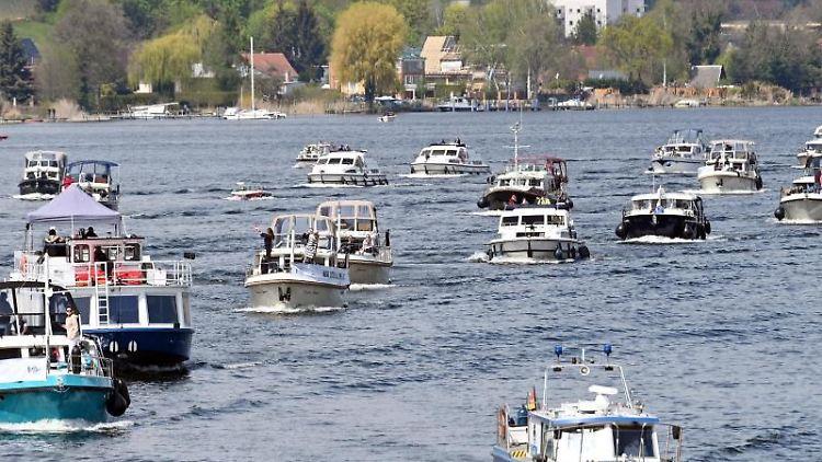 Charterboote fahren bei einer Demonstration gegen das Übernachtungsverbot über den Zernsee. Foto: Bernd Settnik/dpa