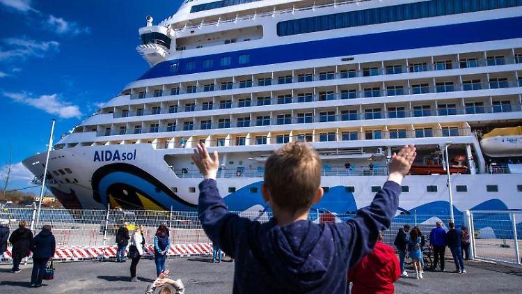 Einwohner der Hansestadt und Kreuzfahrtfans begrüßen das Kreuzfahrtschiff