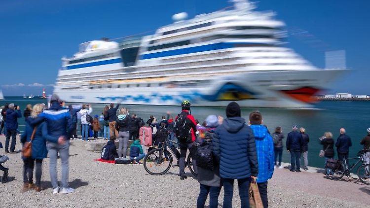 Einwohner der Hansestadt und Kreuzfahrtfans begrüßen die