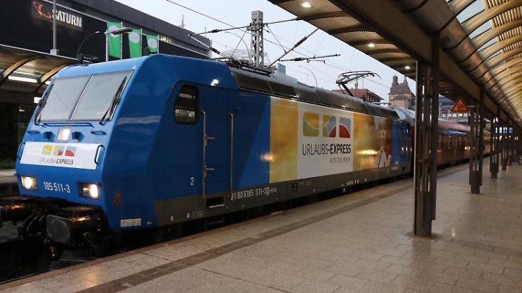 Eine Motiv Lok des Urlaubs-Express steht im Hauptbahnhof. Foto: Rainer Dahmen/Train4you Vertriebs GmbH /dpa