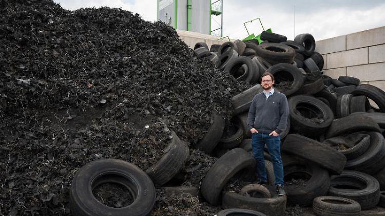 Gründer und Geschäftsführer Pascal Klein auf dem Gelände von Pyrum Innovations vor Autoreifen. Foto: Oliver Dietze/dpa