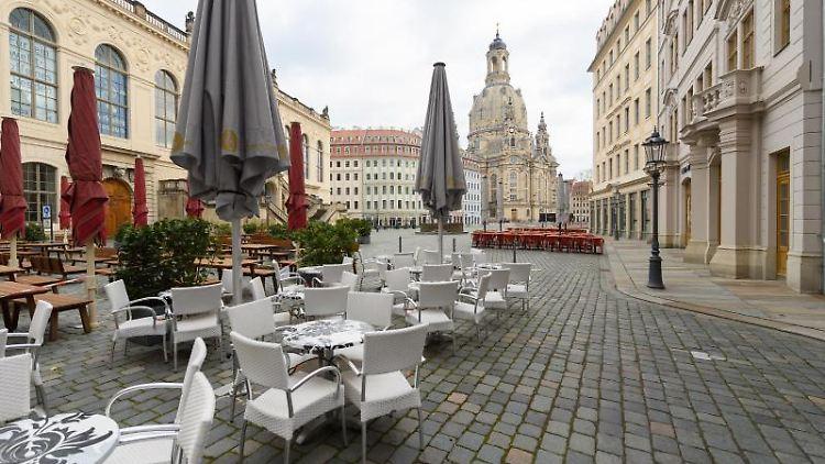 Freisitze von Restaurants sind auf dem Neumarkt vor der Frauenkirche aufgestellt. Foto: Robert Michael/dpa-Zentralbild/dpa/Archivbild