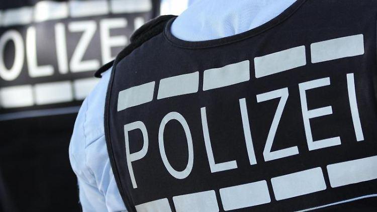 In Westen gekleidete Polizisten stehen in der Stadt. Foto: Silas Stein/dpa