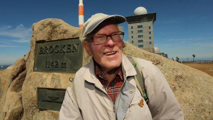 Rekordwanderer Benno Schmidt aus Wernigerode besucht den Brocken. Foto: Matthias Bein/dpa-Zentralbild/dpa