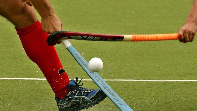 Ein Hockeyspiel. Foto: Roland Weihrauch/dpa/Symbolbild