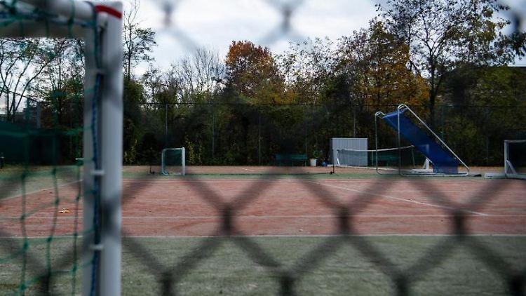 Ein leerer und geschlossener Sportplatz. Foto: Kira Hofmann/dpa-Zentralbild/ZB/Symbolbild