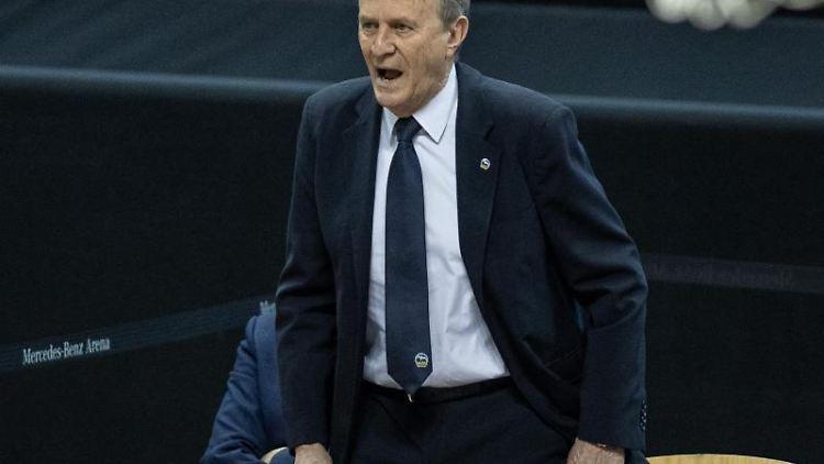 ALBAs Head Coach Aito Garcia Reneses ruft seinem Team etwas zu. Foto: Andreas Gora/dpa