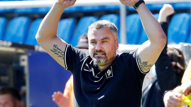 Der Bochumer Trainer Thomas Reis jubelt nach dem 5:1-Sieg seiner Mannschaft. Foto: Roland Weihrauch/dpa