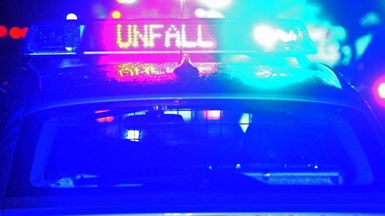 Polizei-Blaulicht bei Unfallaufnahme. Foto: Stefan Puchner/dpa/Symbolbild