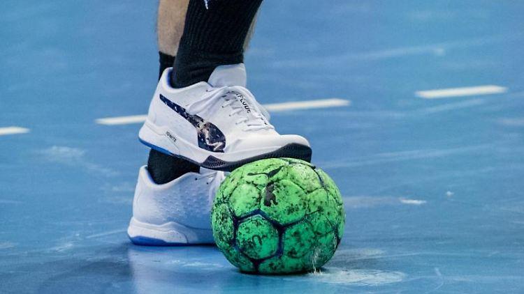 Ein Spieler hält einen Handball mit dem Fuß fest. Foto: Andreas Gora/dpa/Archivbild