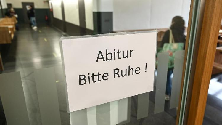 """Ein Schild mit der Aufschrift """"Abitur - Bitte Ruhe!"""". Foto: Felix Kästle/dpa"""