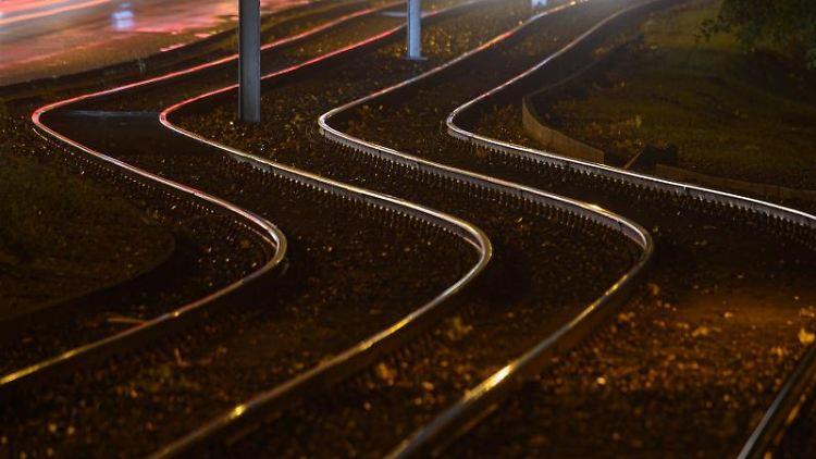Leere Gleise werden von Straßenlaternen angeleuchtet. Foto: Robert Michael/dpa-Zentralbild/dpa/Symbolbild