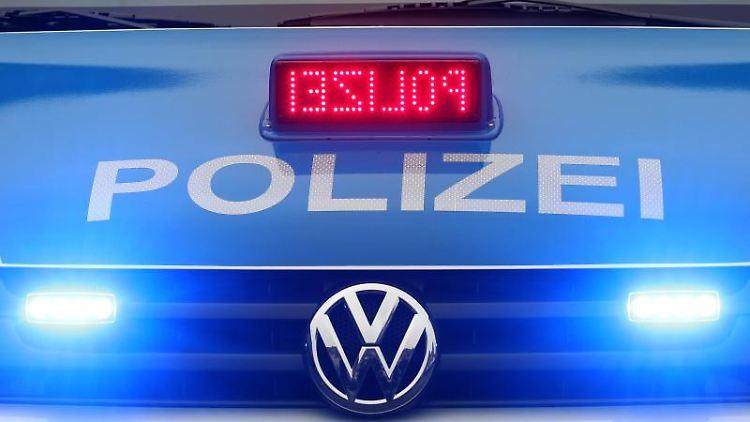 Ein Polizeiwagen ist mit Blaulicht im Einsatz. Foto: picture alliance/dpa/Symbol