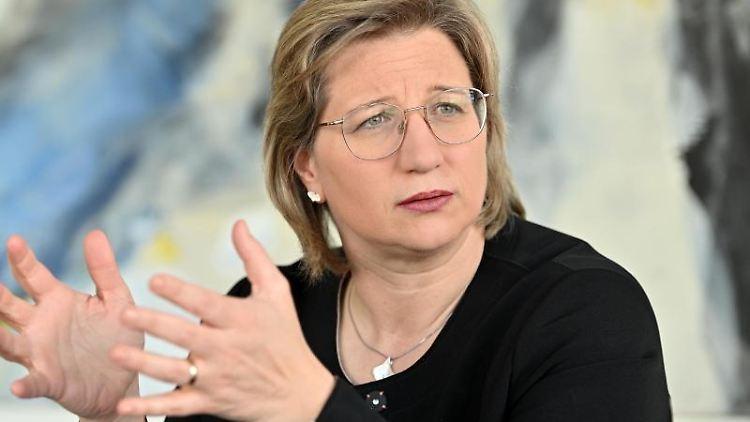 Anke Rehlinger (SPD) gestikuliert bei einem Interview. Foto: Harald Tittel/dpa/Archivbild