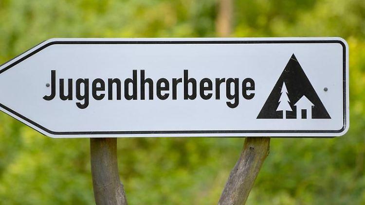 Ein Schild weist auf eine Jugendherberge hin. Foto: Patrick Pleul/dpa-Zentralbild/dpa/Symbolbild
