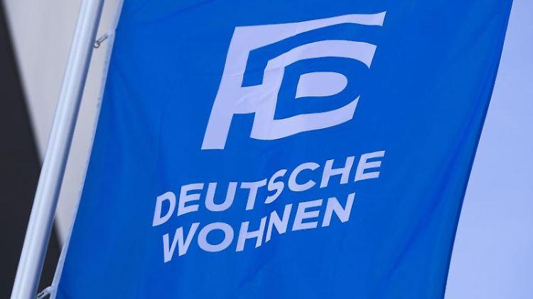 Das Logo der Deutsche Wohnen ist auf einer Fahne zu sehen. Foto: Frank Rumpenhorst/dpa/Symbolbild