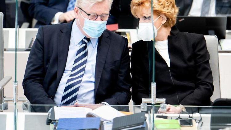 Bernd Althusmann (CDU), Wirtschaftsminister in Niedersachsen, und Barbara Havliza (CDU, Justizministerin in Niedersachsen, unterhalten sich im niedersächsischen Landtag. Foto: Hauke-Christian Dittrich/dpa